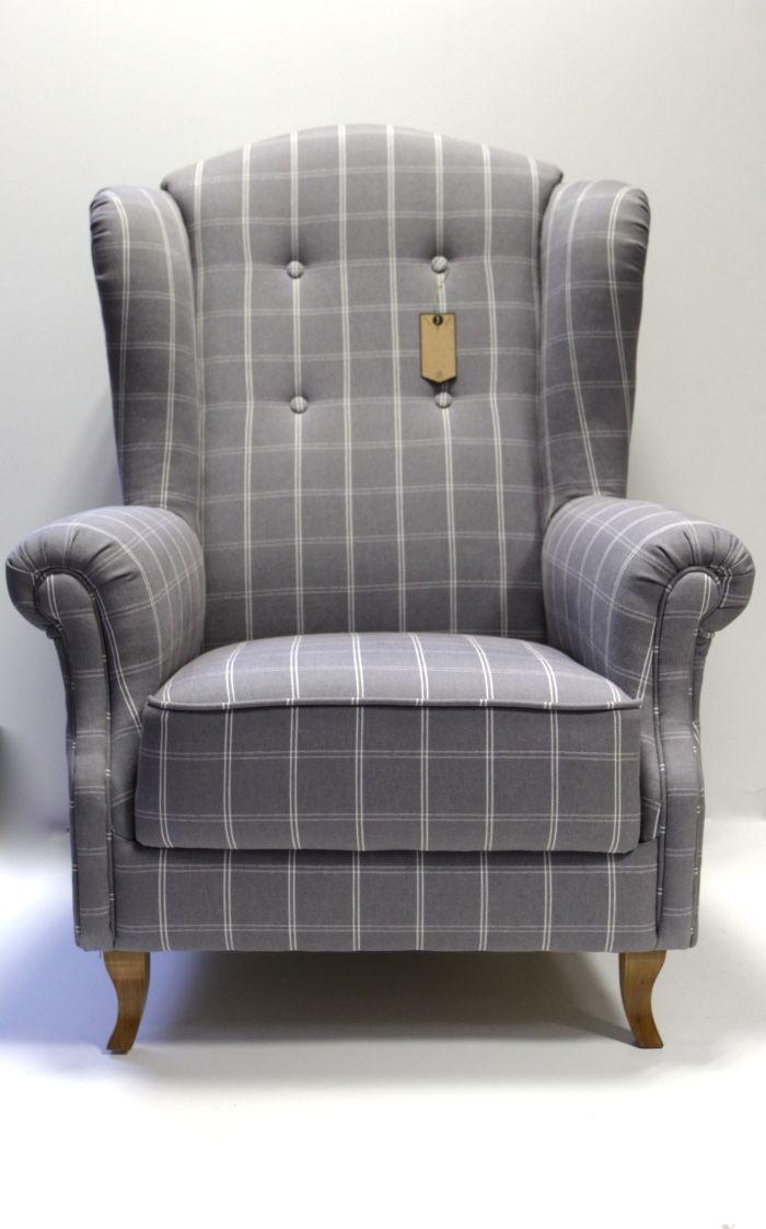 Stylowy, tapicerowany fotel z dekoracyjnymi sznurkami, wykonanymi z tego samej tkaniny tapicerskiej. Tkanina: płótno  w kratę w kolorze  szarości.  Całość prezentuje się pięknie i bardzo elegancko.  Klasyka wykonania sprawia iż fotel idealnie komponuje się z każdym stylem.  Wygodny i przytulny, klasyczny angielski uszak. Cena: 2800 zł
