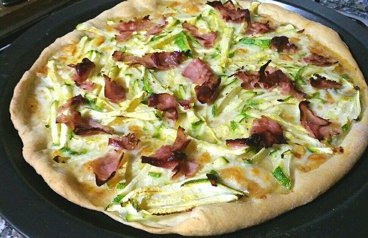 Pizza zucchine prosciutto e mozzarella