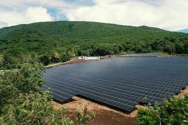 最近、テスラモーターズが買収した米国の太陽光発電ベンチャーであるソーラーシティは、イーロン・マスク氏の従兄弟リンドン・ライブ氏とピーター・ライブ氏(同社のCEOとCTO)が共同創業し、マスク氏本人が会長を務める企業だ。この買収により両社は、南太平洋に浮かぶ米領サモアのタウ島という、ハワイから約4,200km