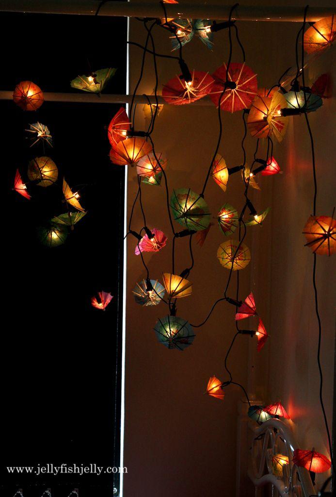 Guirlandes de parasols pour embellir sa chambre d'ado, en fixant les parasols aux ampoules avec des colliers de serrages