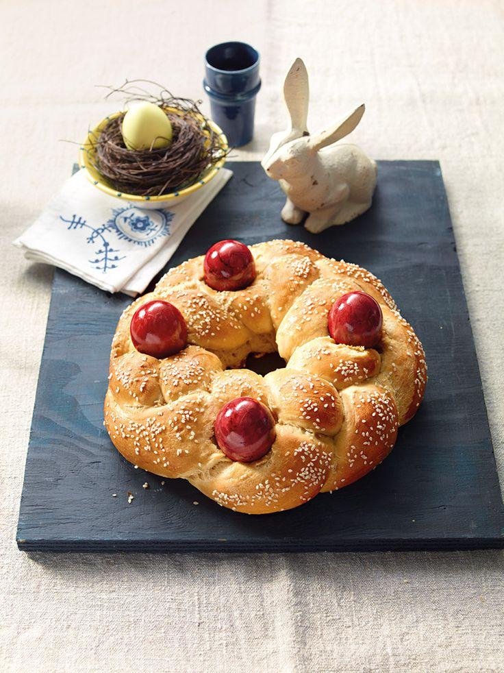 Griechischer Osterkranz: Runder Hefezopf mit rot gefärbten Ostereiern zum Brunch oder Frühstück an den Osterfeiertagen