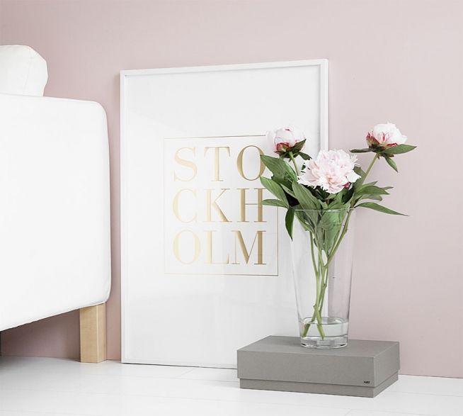Poster med guld, snygg i vardagssrummet