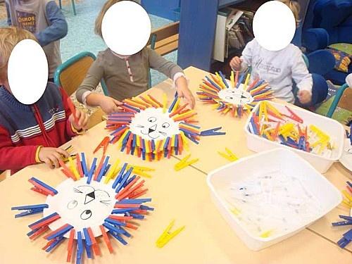 """Pour faire la crinière, les enfants ont joué avec les pinces à linge. C'est un très bon exercice pour tous ceux qui n'ont pas la """"pince"""" en début d'année. On peut aussi le faire avec des PS; J'ai dessiné des têtes de lion sur une assiette en carton."""