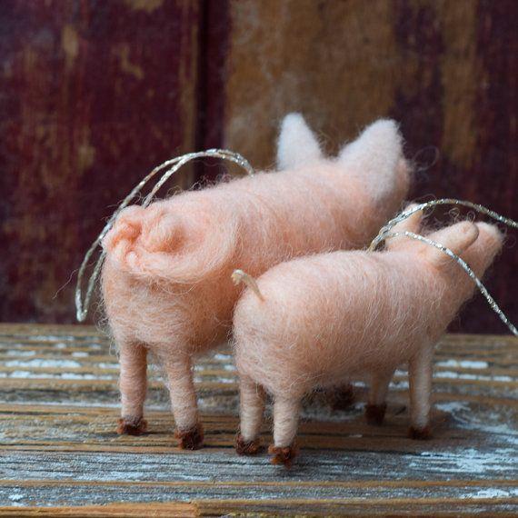 Aquí le damos un dulce mamá y bebé par de nuestros cerdos perfectos.  Nuestros adornos de cerdo aguja de fieltro son 3.5ish pulgadas largas y los lechones son 2ish pulgadas de largo. Están hechas de lana rosa alcancía, aguja de fieltro sobre un marco del limpiador de pipa con los ojos cosidos. Mamá tiene una hermosa cola rizada. Bebé es corto y lindo y esperando el día será rival de mamá. Mamá y bebé tienen una suspensión de hilo de oro.  ---------------------------------------  Vamos a…