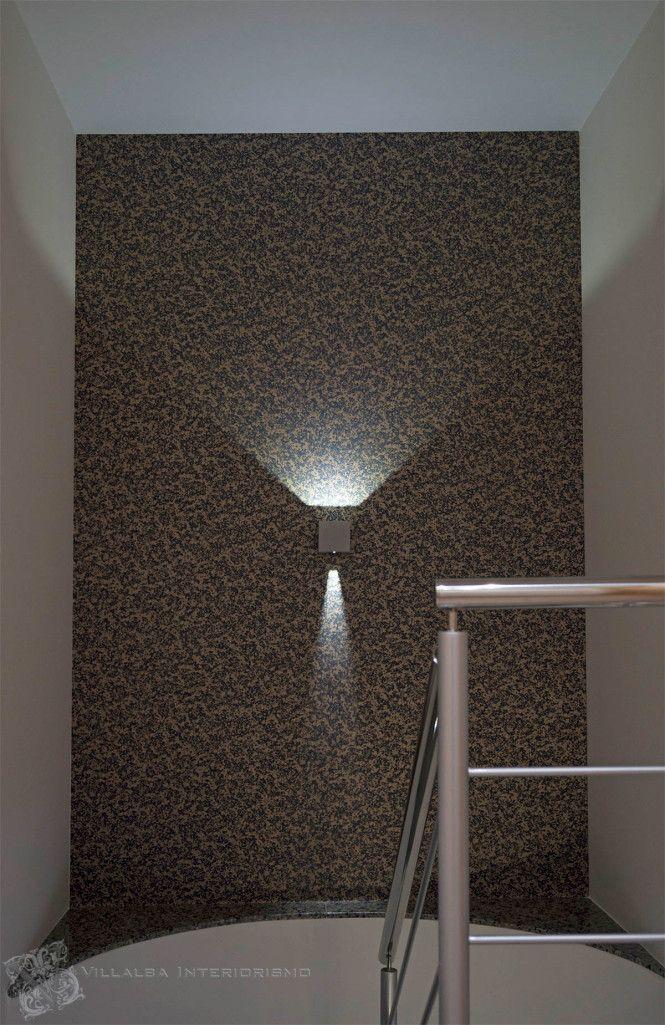 Papel pintado y aplique en el rellano de la escalera - Villalba Interiorismo