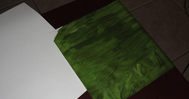 Dun A-4 papier groen verven, ombloemisten-draad een geknipt malletje lijmen.                     In drie verschillende grote bladen....