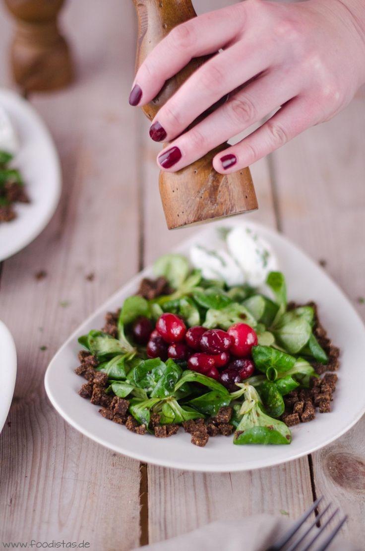 Karamellisierte Cranberries auf Feldsalat mit Ziegenkäse-Nocken | foodistas.de