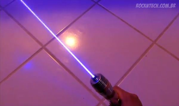 Homem constrói réplica real de um Sabre de Luz de Star Wars. Assista ao vídeo!