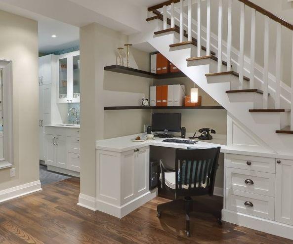 Qui a dit que l'espace sous l'escalier était inutile ? Le blog Cuboak vous montre plein de manières différentes d'imaginer cet espace différemment.   Ici un bureau sous l'escalier