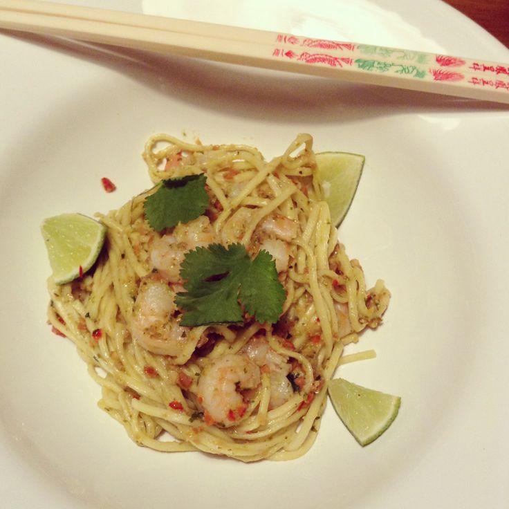 Noedels met Thaise pesto en garnalen