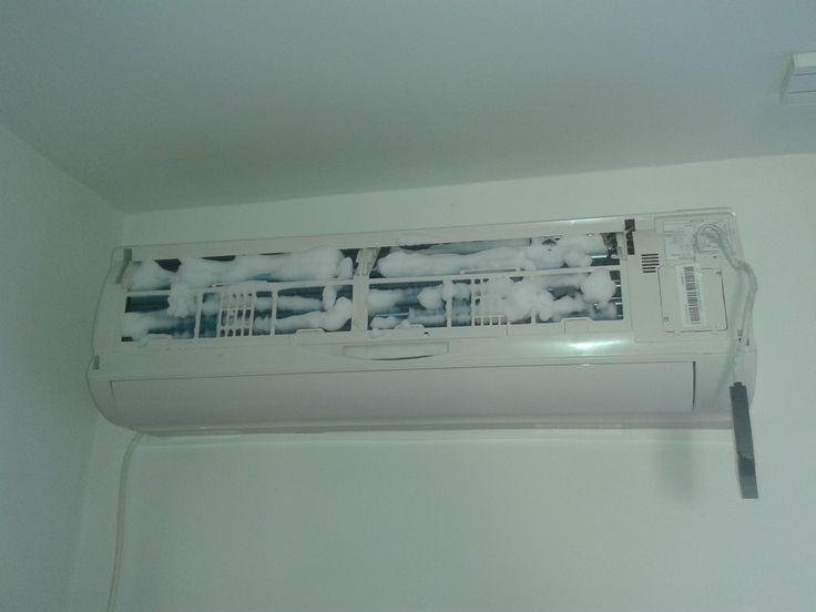 Curatare aparat aer conditionat cu 3 solutii : spray , spray spuma , solutie lichida .
