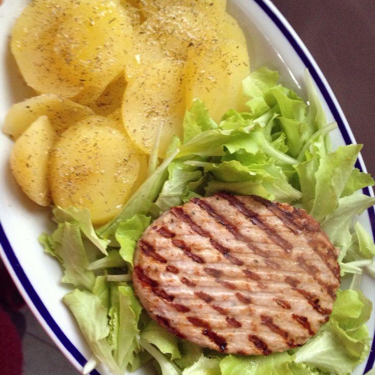 Pranzetto di oggi!  #hamburger di #pollo con Insalatina e patate! #food #fitness