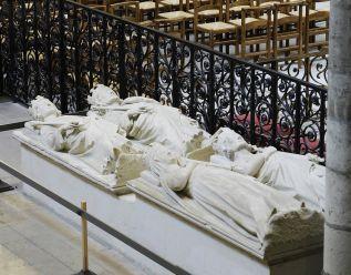 En haut à droite, Louis III; à sa gauche, Carloman.LOUIS III et CARLOMAN II -  LOUIS III: Sépulture. A lé Révolution, les gisants des tombeaux furent déposés au Musée des Monuments Français et réintégrèrent la basilique par la suite. De nos jours, ils sont placés côte à côte.