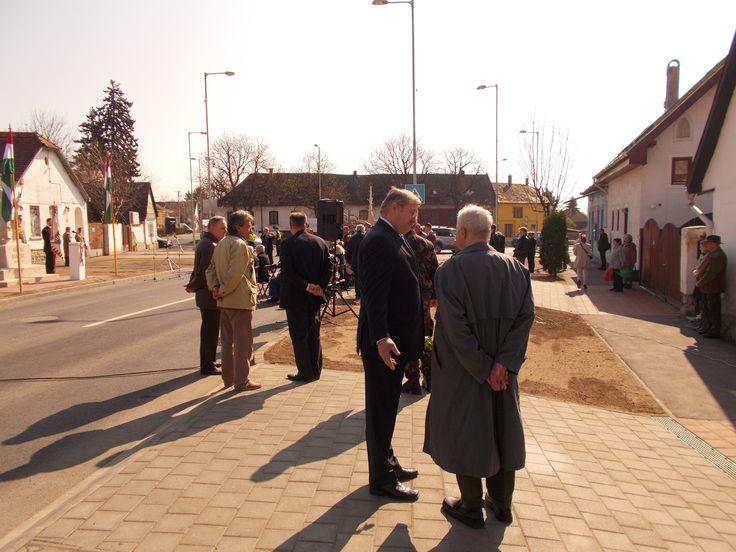 Jankovits Gyula szobrászművész emléknapja! 2015. április 9-én 10 órától Jankovits Gyula szobrászművész születésének 150. évfordulója alkalmából a pomázi Hősök terén lévő Honvéd emlékműnél tartottak megemlékezést. A rendezvényen ünnepi köszöntőt mondott Dr. Hende Csaba honvédelmi miniszter. További intók: https://plus.google.com/u/0/photos/107499898473721339060/albums/6136570261411209841