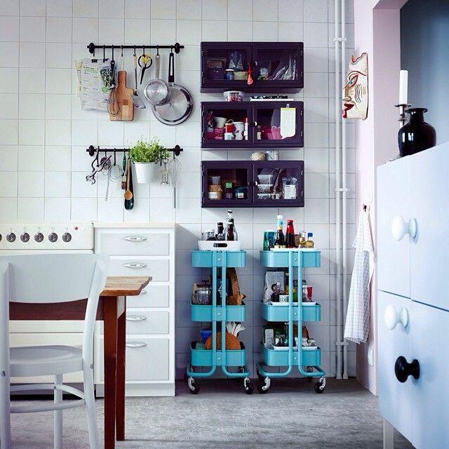 Hyggelig harmoni. Frittstående og flyttbare løsninger frisker opp i rommet. Og deler du kjøkken med andre, er det veldig praktisk, siden alle får hver sin oppbevaringsplass.  #RÅSKOG #trillebord og #veggskap #FINTORP #stang #IKEA #IKEAinspirasjon #kjøkken #smarteløsninger #interiør #interiørdesign #interiørinspirasjon #IKEA #IKEAinspirasjon #AltDereTrengerForÅVæreSammen