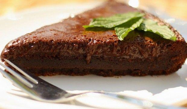 Božsky čokoládový dort -bez mouky 250 g hořké čokolády (70%) 5 vajec špetka soli Postup Nalámejte čokoládu na kousky a rozpusťte nad parou. Oddělte žloutky od bílků. Žloutky vyšlehejte s rozpuštěnou čokoládou, bílky smíchejte se solí a vyšlehejte do pěny. Do čokoládové směsi opatrně vmíchejte sníh z bílků a nalijte do formy. Ideální je silikonová. Pečte na 250 °C zhruba 8 minut. Nechte vychladnout v pokojové teplotě. Uchovávejte v lednici.
