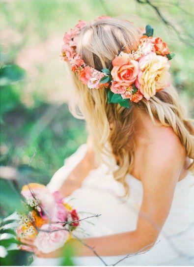 """小さい頃、シロツメクサでお花のかんむりを作ったことはありませんか?*作ったお花のかんむりをかぶるとお姫様の気分になれたはずです*。そんな""""花かんむり""""を結婚式でもかぶったら、お花畑にいるみたいにルンルン♪気分で過ごせそう…♡ダウンスタイルに""""花かんむり""""をかぶるナチュラルなヘアスタイル20選をご覧ください☆"""