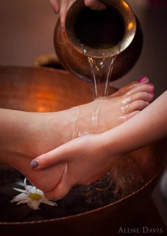 Los pies agrietados son poco atractivos. La buena noticia es que pueden ser fácilmente atendidos con algunos remedios caseros simples y fáciles.