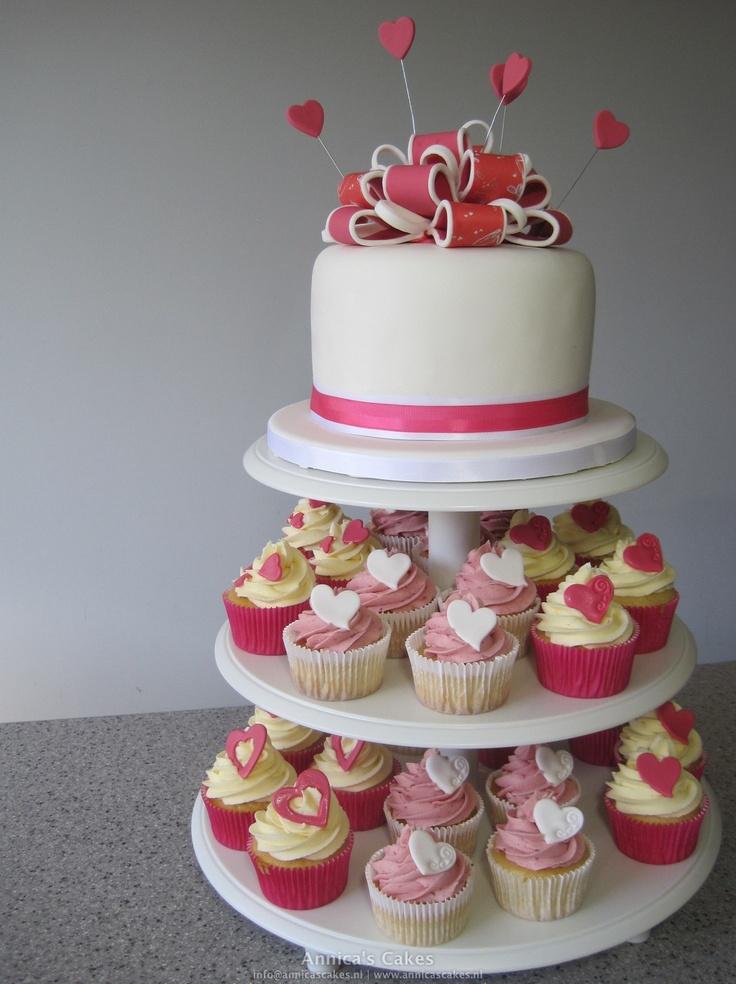 Wedding cake bow and cupcakes pink / white Bruidstaart en cupcakes roze en wit. Lussenstrik