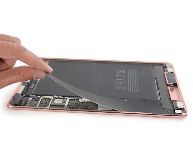 El iPad Pro 97 de Apple: muy apretado y difícil de reparar   El nuevo dispositivo de la compañía de la manzana como suele pasar ya fue sometido a diferentes pruebas.  El responsable del experimento es Ifixit un grupo de tecnófilos famosos por desarmar cuanto dispositivo nuevo aparezca en las vitrinas para además de mirar todas las piezas que conforman el hardware evaluar qué tan difícil es repararlo en caso de daño.  En ese sentido la nueva tableta de Apple se rajó: obtuvo 2 puntos sobre 10…