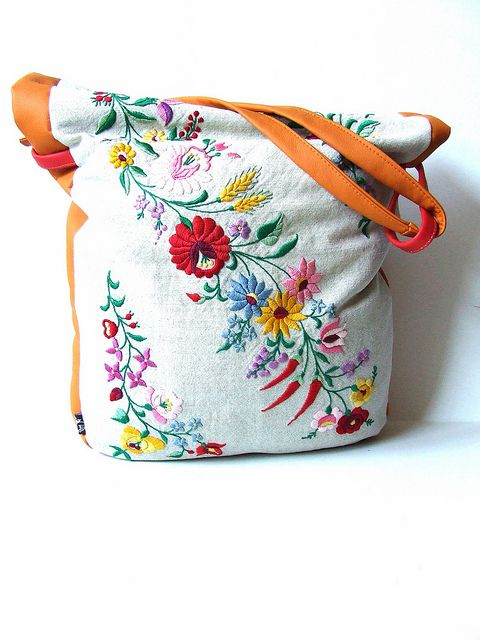 I want one of these pistol pete bags from Hungary! I can carry some of my heritage around in the US- traditional hungarian embroidery