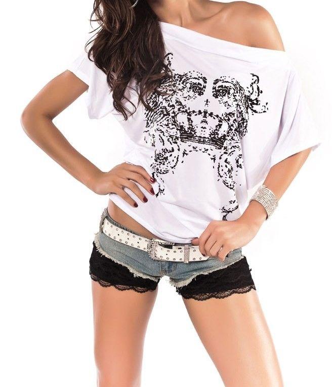 Camiseta Blanca Fashion Atrevida Camiseta Blanca Fashion. Un extravagante y moderna camiseta de cuello ancho que deja entrever un hombro. Una manera muy sexy de lucir tus camisetas. Un original dibujo adorna la parte delantera del modelo dándole un aire desenfadado y juvenil.  Código producto: DL1202