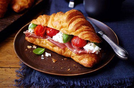 Tesco Finest* croissant sonkával, mozzarellával és grillezett paradicsommal. #recept #mozzarella #paradicsom #reggeli #croissant #tesco #finest #tescofinest