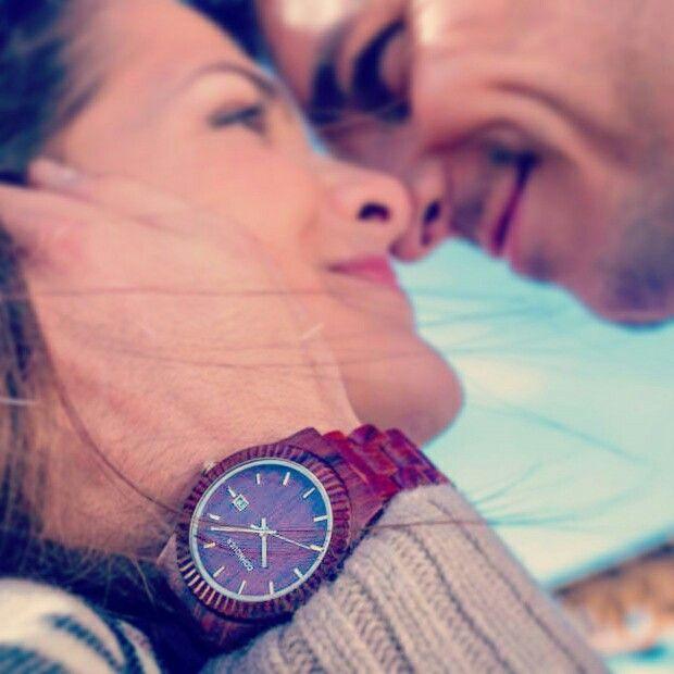 Reloj de Madera COHNQUER Elegance Red Sandal. Un reloj unisex muy pasional. #relojdemadera