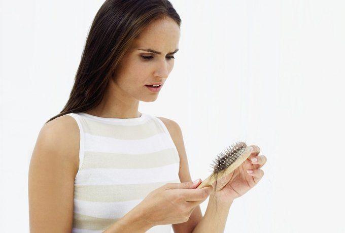 5 Tipps gegen Haarausfall: Besonders im Herbst leiden viele Menschen unter Haarausfall. Wir verraten, was Sie dagegen machen können