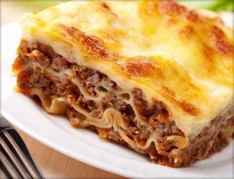 Ingredientes:     500 g de massa de lasanha   500 g de carne moída   2 caixas creme de leite   2 ou 3 colheres de manteiga   2 a 3 co...