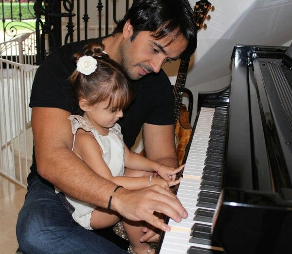 Luis Fonsi y Mika ♡...Love that father/daughter bonding time!