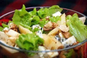 Салат с грушей и сыром с голубой плесенью