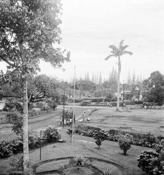 De tuin van een koloniaal woonhuis in de wijk Menteng te Jakarta, gezien van bovenaf, Indonesië (1947)
