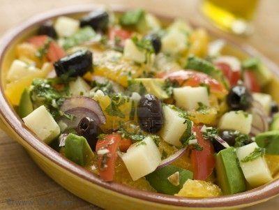 Valenciaanse salade.  Een heerlijke zomerse salade op basis van rijst. 200 g rijst1 kipfilet4 augurken1 tomaat100 g fijne gekookte dorperwten (eventueel uit blik)1 kleine verse ui10 zwarte olijven olijfolie wijnazijn peper en zout