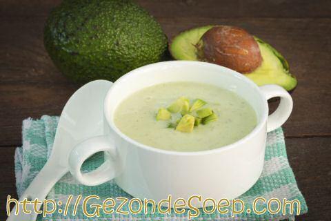 Maak dit snel en makkelijk avocadosoep recept zodat je in minder dan een kwartier zal genieten van een heerlijk vullende kom Mexicaanse soep