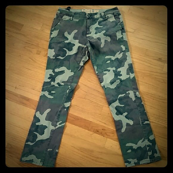 Mens Camo chino pants from aeropostle - size 33 Very nice pair of mens aeropostle camo pants. Still has the fabric tag on them. Excellent Condition - smoke free home Aeropostle  Pants