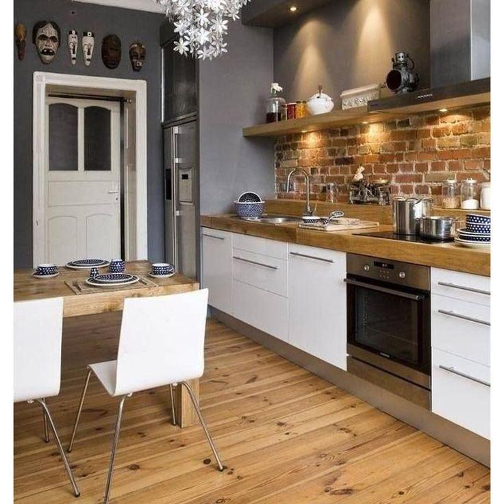 Kitchen. Armários brancos com tampo em madeira e tijolinhos na parede deixam o ambiente mais contemporâneo e aconchegante. #kitchen #cozinha #arquitetura #archtecture #kitchenlovers