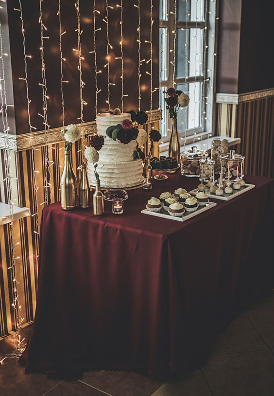Gold and Burgundy wedding Photo: Jurgitos Dizainas Sweets: Cupcake skanėstų krautuvėlė: