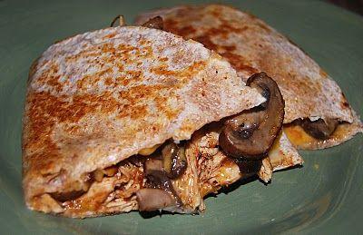 Quesadillas pollo e funghi | Oil,1 grossa cipolla,230g di funghi,3 spicchi d'aglio tritati,2 tazze di petto di pollo disossato tagliato e cotto,1 cucchiaino di cumino macinato,1 cucchiaino di peperoncino in polvere  1 cucchiaino di origano secco,2  tazze di foglie di spinaci tenere, tagliati in nastri (se si desidera),1/2 cucchiaino di sale  1/4 cucchiaino di pepe nero  4 tortillas di farina integrale (280g),1 tazza di formaggio grattugiato (o cheddar),1/2 tazza di salsa,1/4 tazza di panna…
