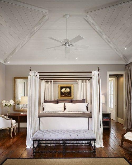 Eine weiß gestrichene niedrige gewölbte Decke mit Holzpaneelen und eine Kombination aus Deckenventilator und Kronleuchter Licht fügt Tiefe und scheint, das Himmelbett unten zu krönen. Foto von Dillon Kyle Architekten (DKA)