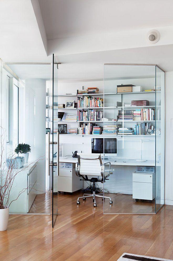 szklane ściany w domowym biurze