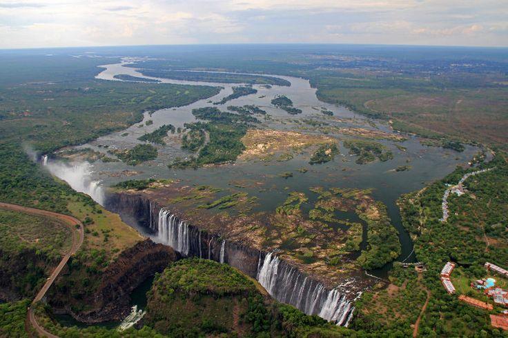 A la frontière entre la Zambie et le Zimbabwe, le fleuve Zanbèze offre l'un des plus spectaculaires spectacle naturel à voir au monde : les chutes Victoria. Le site est proche de l'aéroport de Victoria Falls au Zimbabwe desservi par des vols quotidiens en provenance de Johannesburg et de Livingstone.