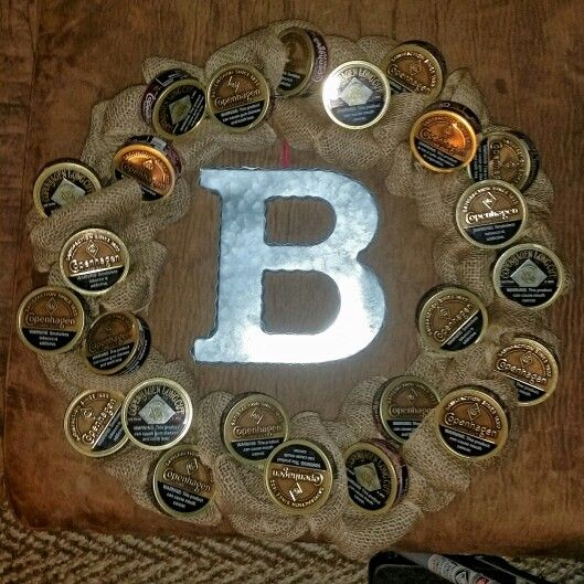 Manly snuff wreath My version of the one I found on Pinterest... #bestgirlfriendeveraward #manlycanbeclassytoo #snuffcanwreath Copenhagen lid wreath, dip can wreath, man wreath, country wreath, rustic wreath