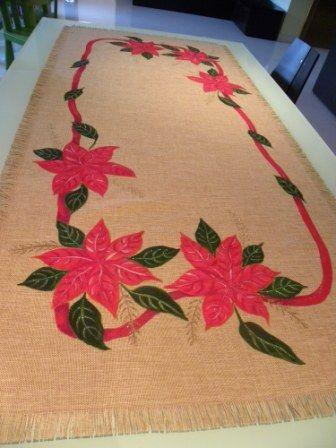 Bellissima corsia con Stelle di Natale e nastro rosso. Tessuti di alta qualità e decori personalizzabili la rendono insostituibile.