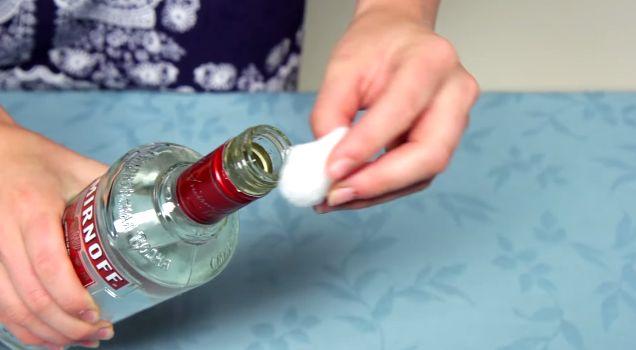 Met een watje smeert ze wodka op haar gezicht. De reden is geniaal!
