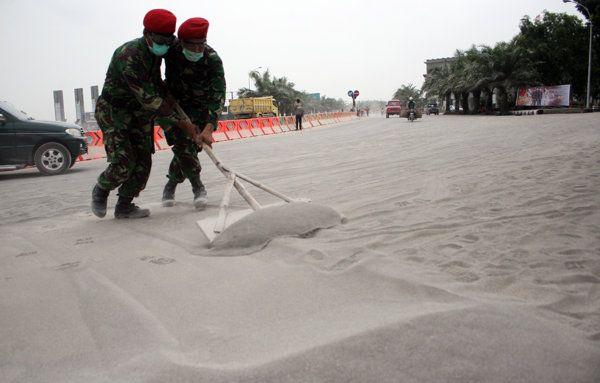 ANGGOTA KOPASUS BERSIHKAN MATERIAL PASIR | Evakuasi dan persiapan menghadapi letusan Gunung Kelud - Yahoo News Indonesia