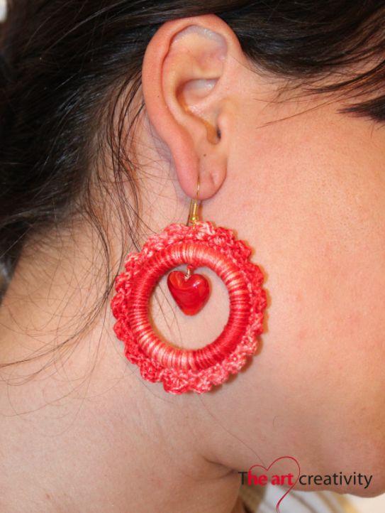 Orecchini sfumati rossi a uncinetto con al centro una perla in vetro veneziano a forma di cuore di colore rosso. #uncinetto #orecchini #heart #cuore #rosso #bianco #perla #vetro #fattoconilcuore #handmade #cerchio