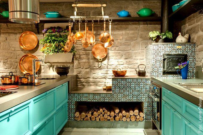 """Armários de cozinha """"antiguinhos"""" e coloridos faziam par com o belo fogão a lenha!"""