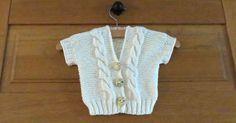 Dit babyvestje staat leuk en is heel praktisch draagbaar over een T-shirt met lange mouwen. Als je baby gaat slapen hoef je hem/haar niet helemaal om te kleden, maar alleen het vestje uit te trekken. Kies je maat en kleur en brei dit fijne vestje volgens dit gratis patroon!