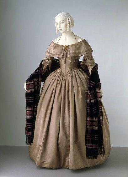 La moda de 1840 se caracteriza por los hombros bajos e inclinados, cintura acentuada baja y faldas en forma de campana. Trajes de noche a menudo fuera del hombro.